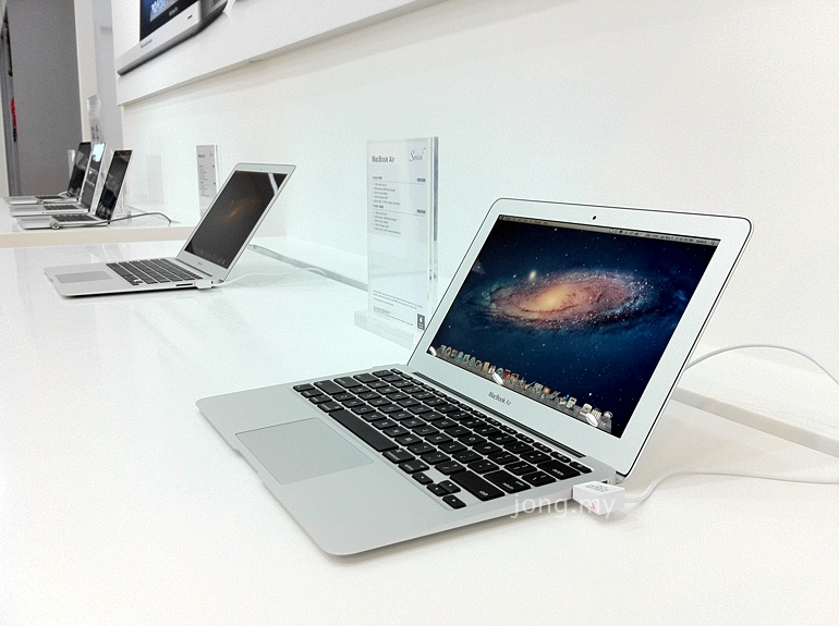 Switch Kuching MacBook Air on Display